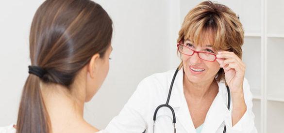 Eine Frau befindet sich in Behandlung bei eine Ärztin