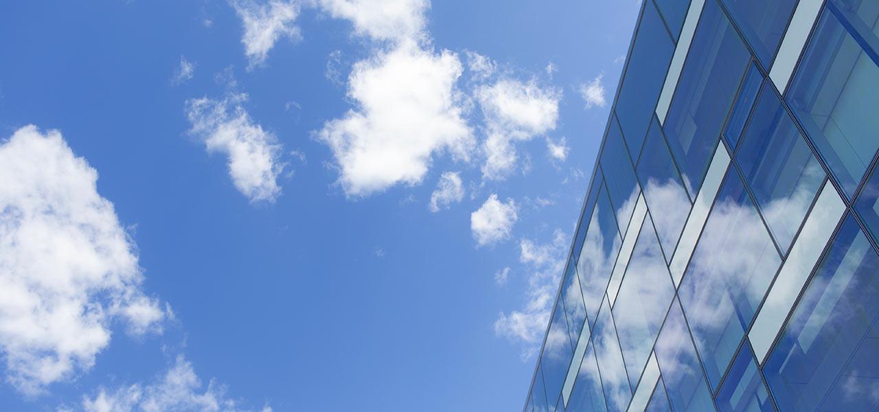 Wolken über einem Gebäude