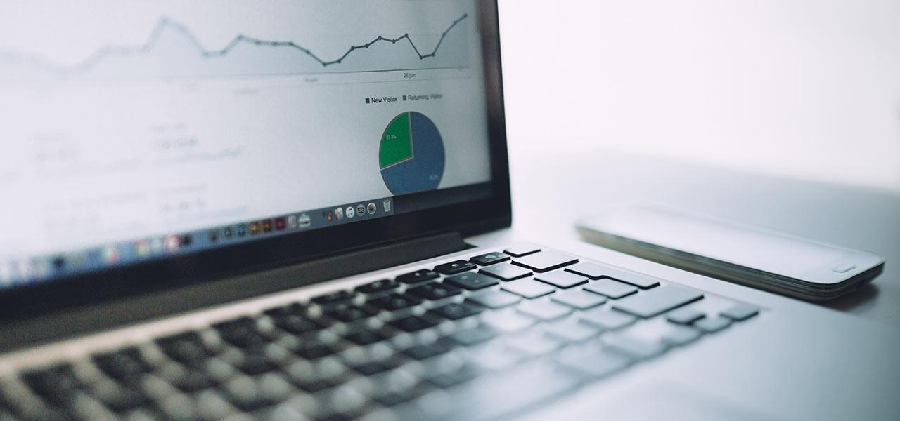 Statistiken auf einem Bildschirm eines Laptops