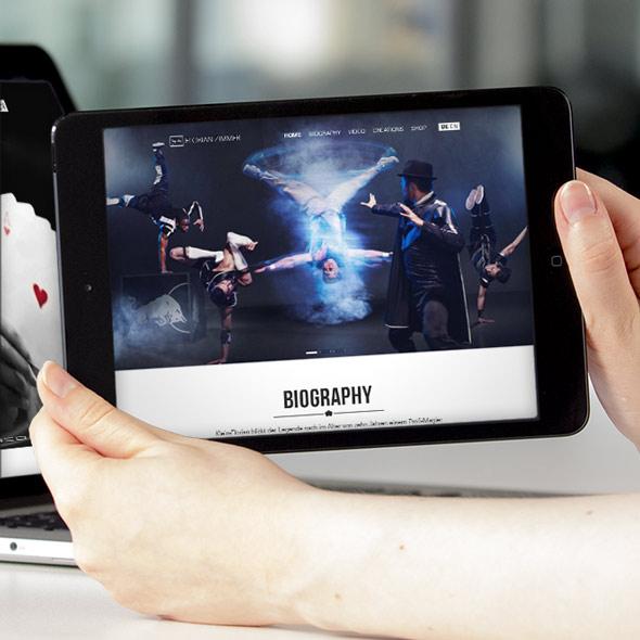 Zwei Hände halten ein Tablet auf dem die responsive Website von Florian Zimmer zu sehen ist