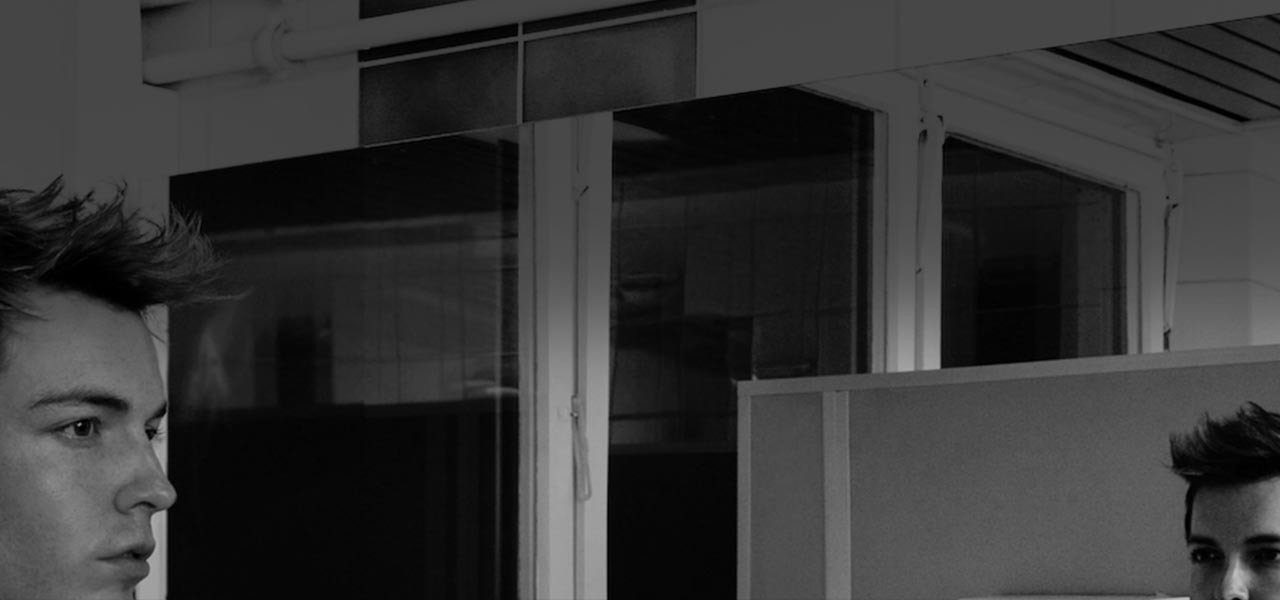 Schwarzweißbild des Zauberkünstlers Florian Zimmer