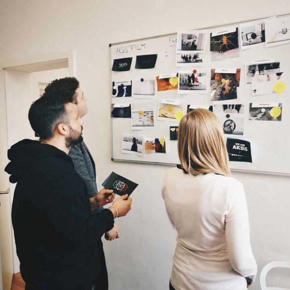 Mitarbeiter der AKSIS Werbeagentur arbeiten am Storyboard eines Imagefilms