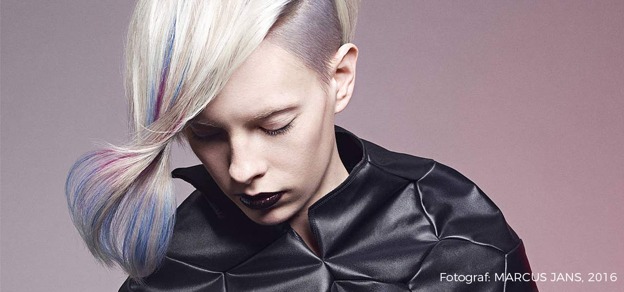 Eine Frau mit blondierten Haaren