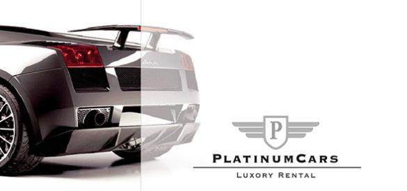 Der hintere Teil eines Autos mit dem Logo von PlatinumCars