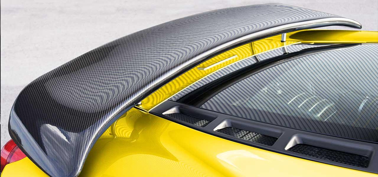 Das Heck eines gelben Autos