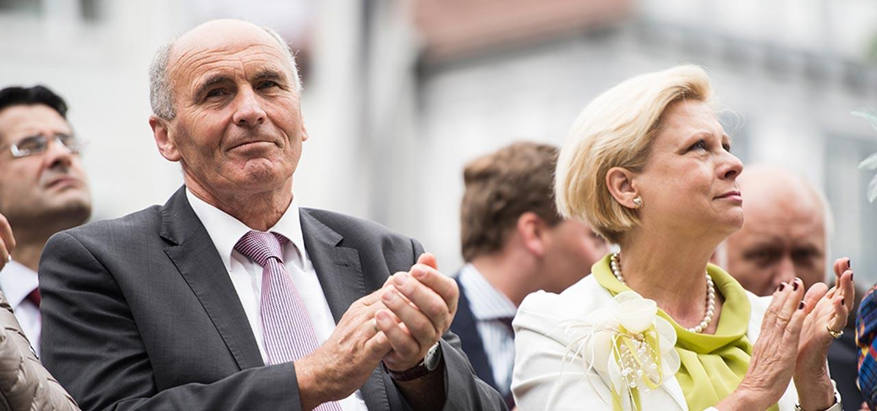 Waldemar Westermayer auf einer Veranstaltung, er klatscht, zusammen mit den beistehenden Menschen