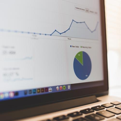 Analysetool für Websitendaten auf einem Bildschirm sind verschiedene Statistiken abgebildet