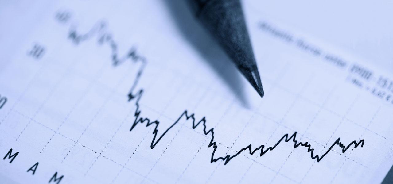 Ein Bleistift liegt auf einem Aktienkrus