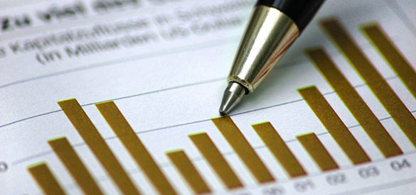 Ein Stift zeigt auf Statistiken