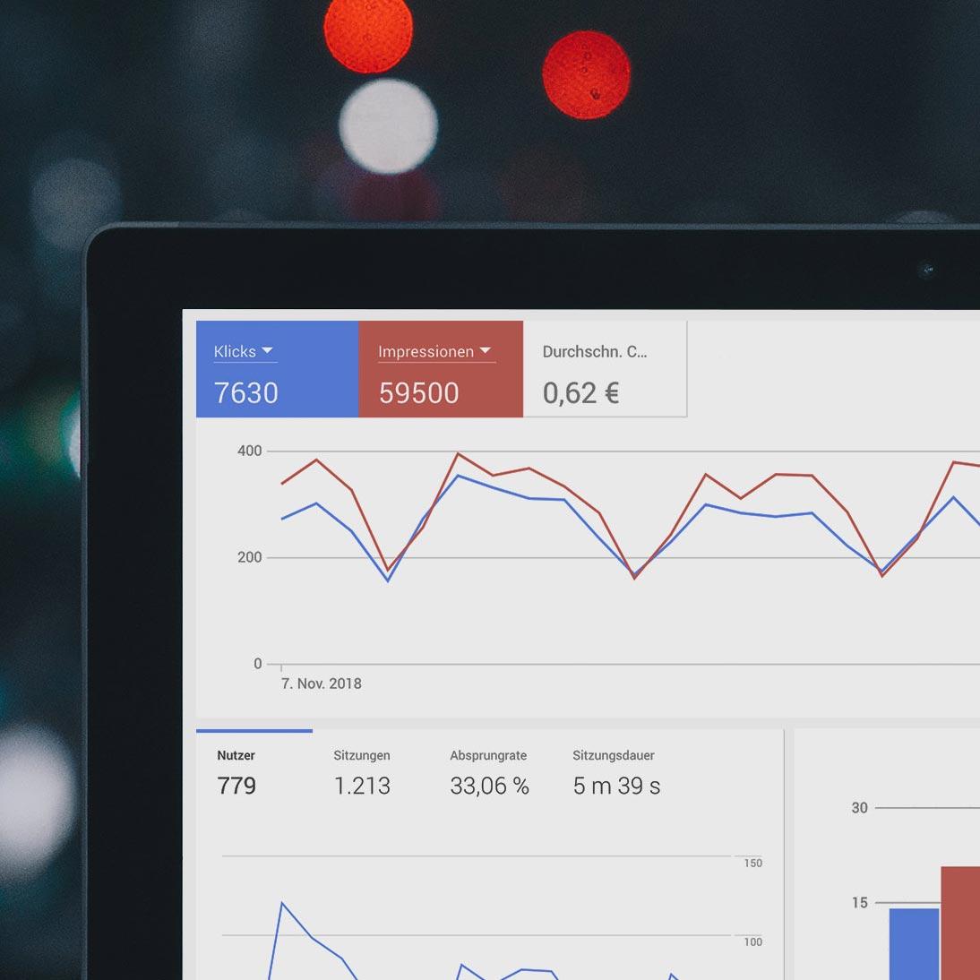 Auf einem Bildschirm sind verschiedene Statistiken zur Suchmaschinenoptimierung zu sehen