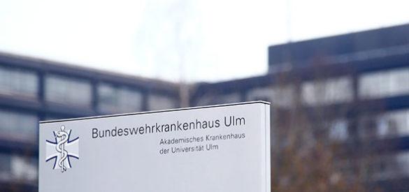Das Bundeswehrkrankenhaus in Ulm. Schild am Eingang.